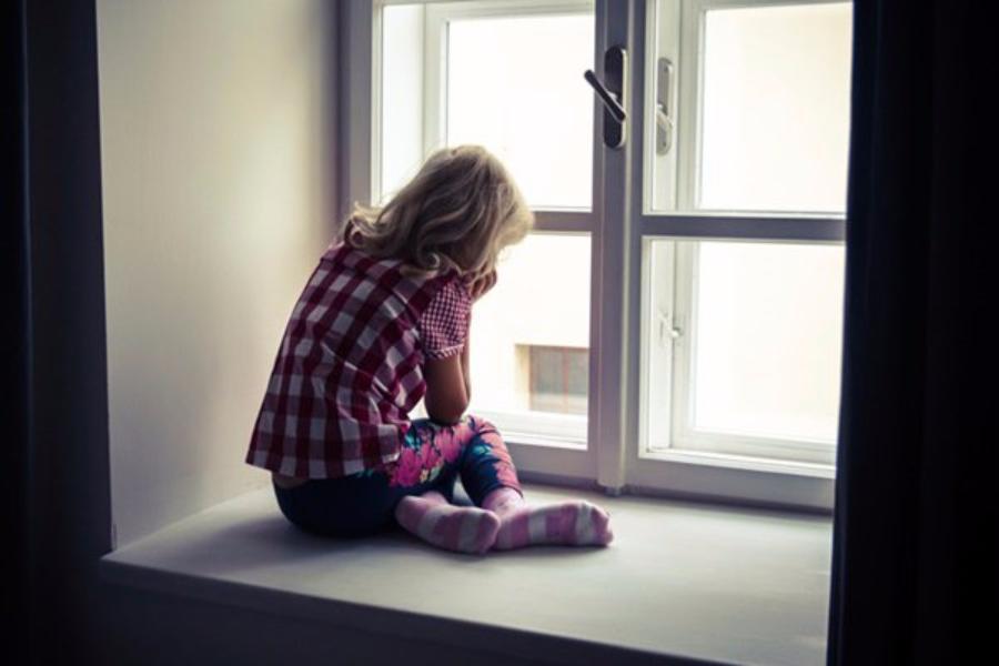 Изокна клиники выпала 9-летняя девочка вАксае