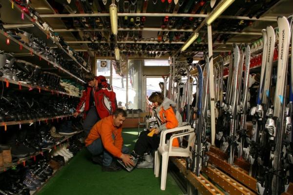 Взять лыжи впрокат сейчас можно наВДНХ