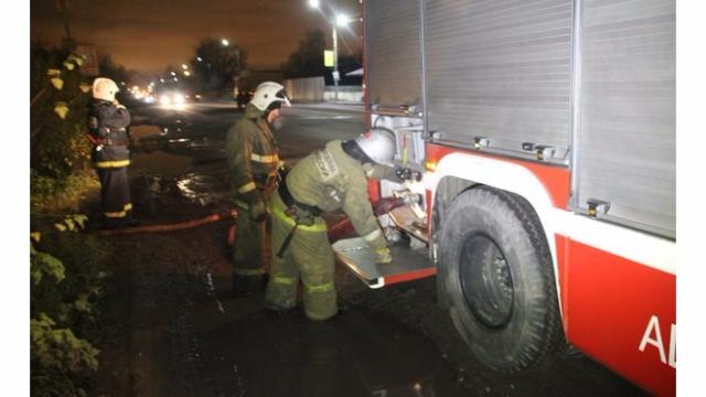 Ночью встолице огнеборцы потушили пожар складе площадью неменее 100 кв.м.