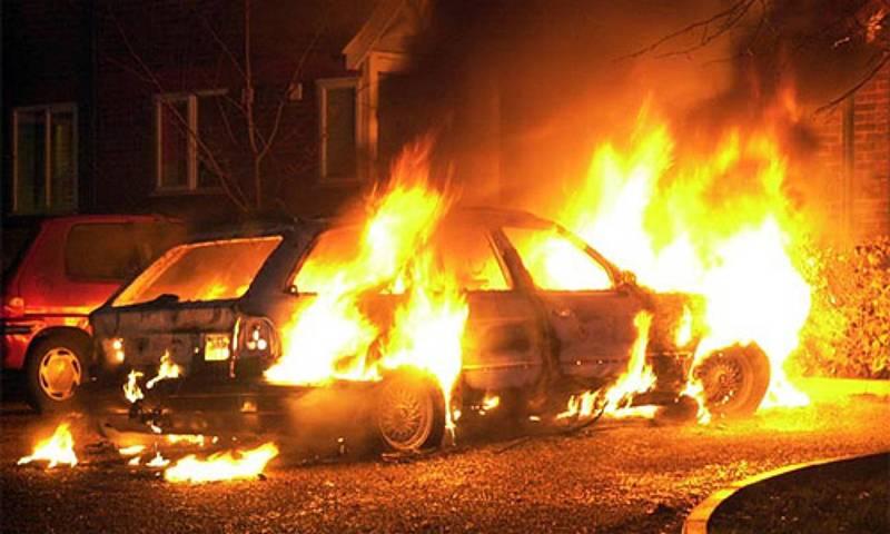 Три автомобиля сгорели на стоянке вцентральной части Москвы