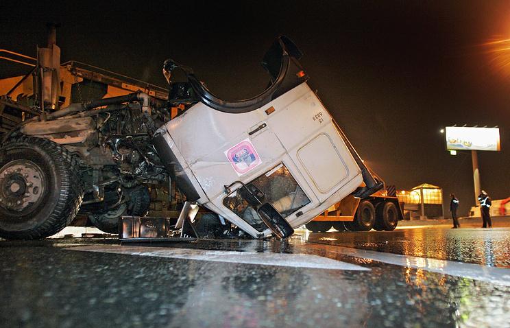 «КАМАЗ» рухнул наМКАД. шофёр разбился