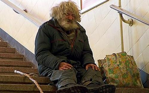 Неизвестный поджег бездомного, ночевавшего вподъезде жилого дома в столице России