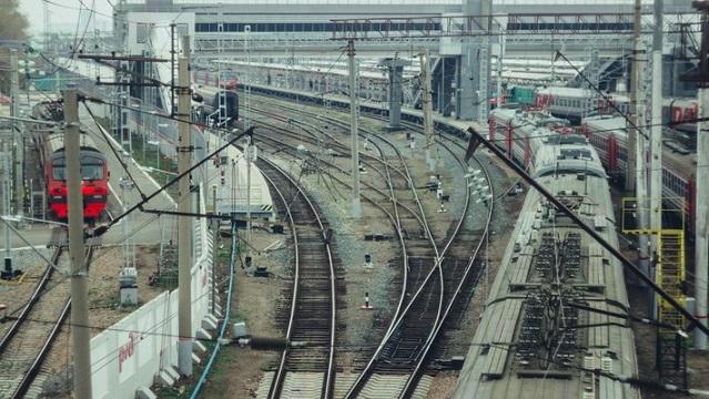 В столице женщина упала сперрона ипогибла под проходящим поездом