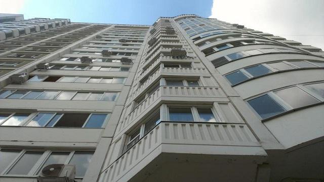Парень вженской одежде выпрыгнул сдевятого этажа в российской столице