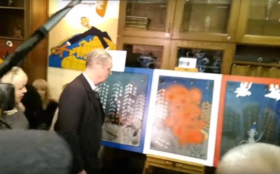 Московский художник впроцессе выставки облил краской картину Алекса Дено
