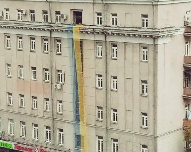 Вцентре столицы вывесили немалый украинский флаг
