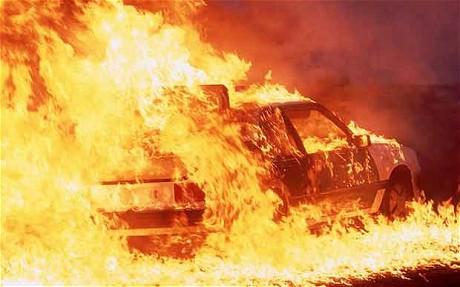 Насевере столицы при возгорании машины пострадали два человека