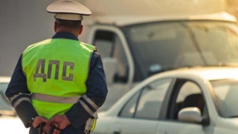 В столице России автомобиль смертвыми водителем врезался встолб