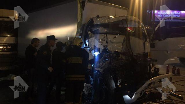 Два грузового автомобиля, столкнувшись наМКАД, вызвали разлив топлива и огромную пробку