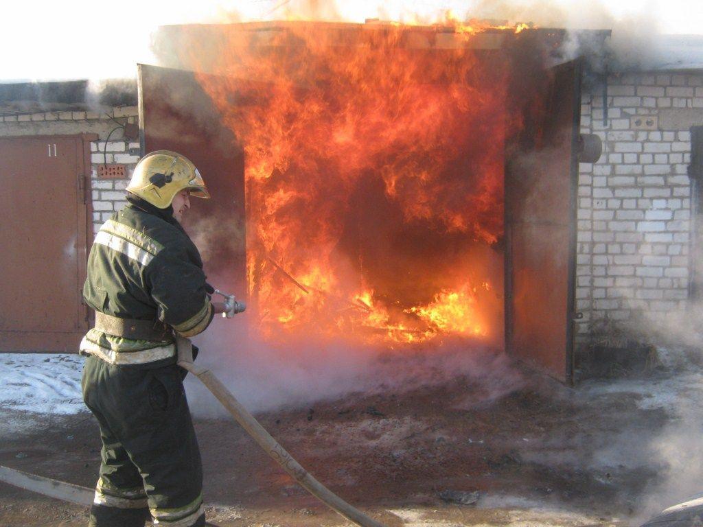 МЧС: врезультате сильного возгорания наюго-востоке столицы случилось обрушение кровли гаражей