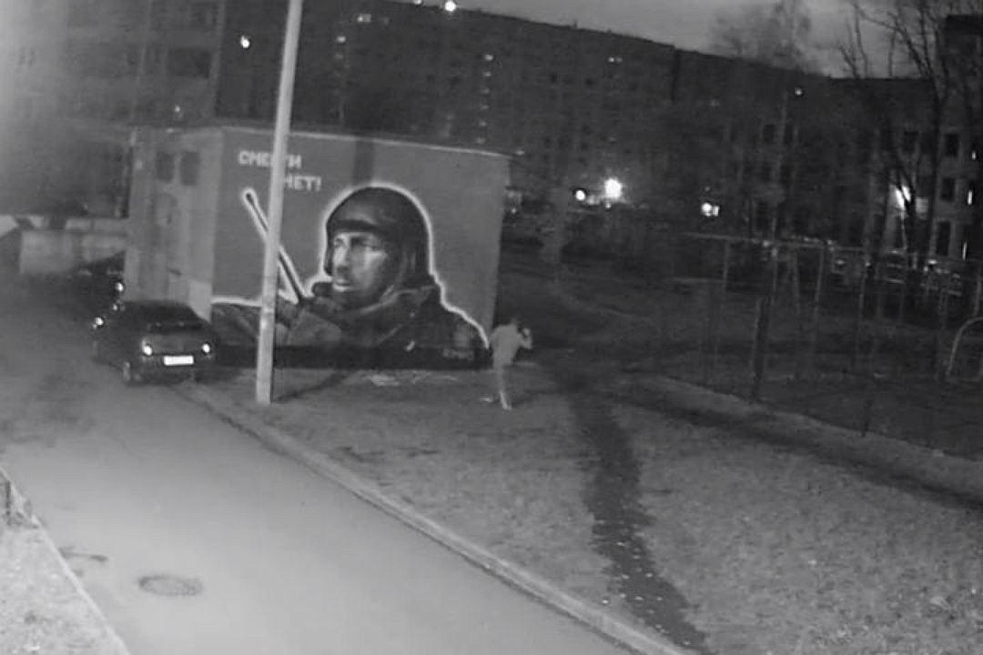 Вопиющий акт вандализма вПетербурге: обидчик изуродовал портрет Моторолы