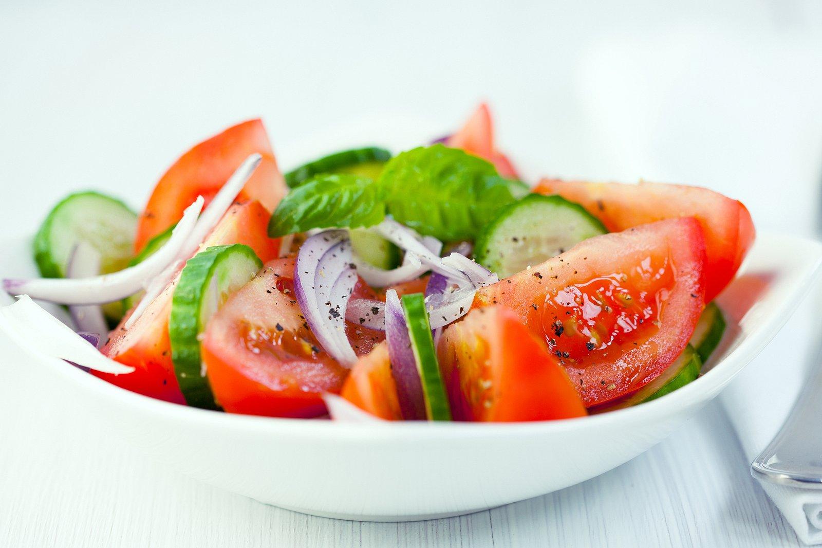 Салат из помидоров огурцов и перца